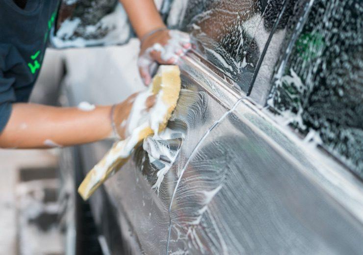 栃木県宇都宮市Carfe(カーフェ)自動車の修理・傷・へこみを格安で   洗車する人2