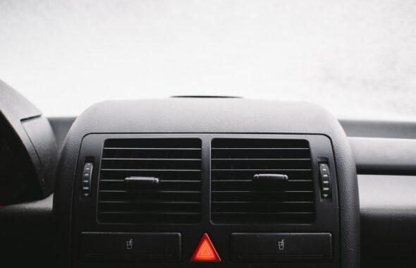 「臭い!」車のエアコンフィルターのお掃除方法と交換時期の目安