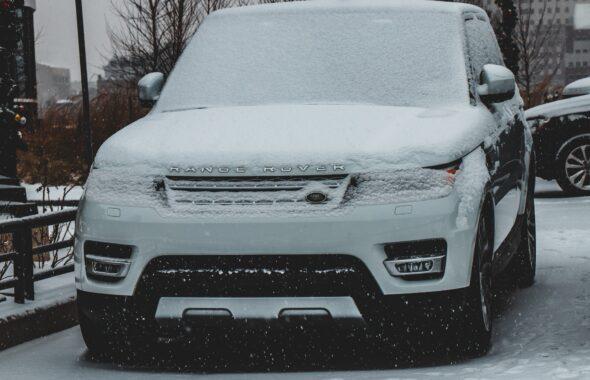 車の雪下ろしの方法!効率的に雪を落とすには